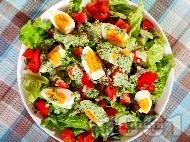 Свежа салата с домати, яйца и сос от целина